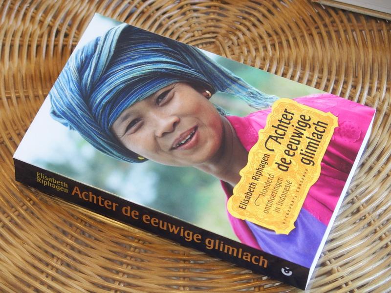Riphagen E. - Achter de eeuwige glimlach. honderd ontmoetingen in Indonesie
