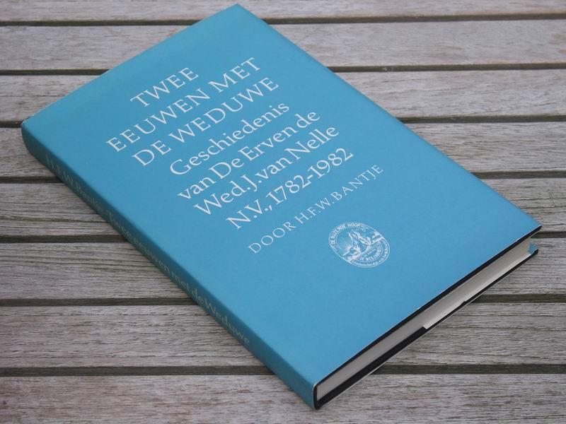 Bantje H.F.W. - Twee eeuwen met de weduwe. Geschiedenis van De Erven de Wed. J.van Nelle N.V., 1782-1982